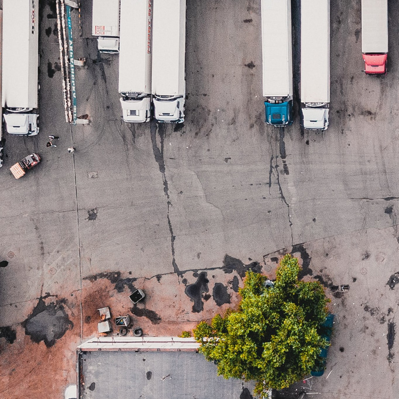 Five factors to consider before transforming your fleet into fossil-free gas trucks. Photo by Ivan Bandura on Unsplash.